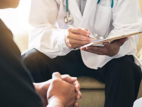 Escolhendo o tratamento para o câncer de próstata localizado de baixo risco.