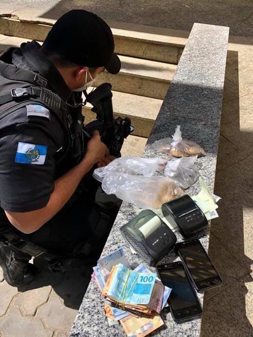 TRÊS RIOS: Homem apreendido com material de jogo de bicho e dinheiro na Praça Salim Chimelli