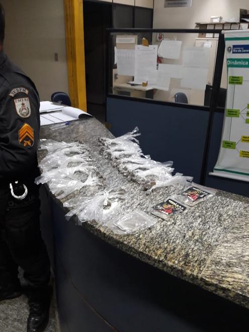 TRAJANO DE MORAES: PM apreende 130 trouxinha e 3 tabletes de maconha na localidade de Sodrelandia