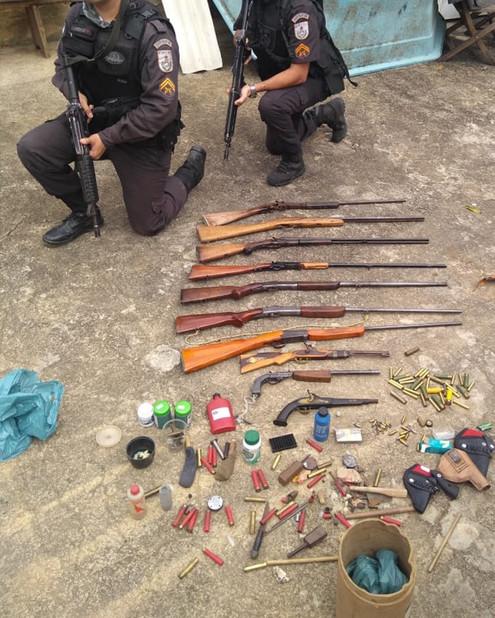SAPUCAIA: Ação conjunta dos Batalhões de Três Rios e Teresópolis faz grande apreensão de armas.