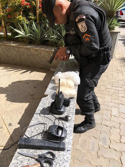 TRÊS RIOS: PM apreende artefatos e entorpecentes no bairro Habitat