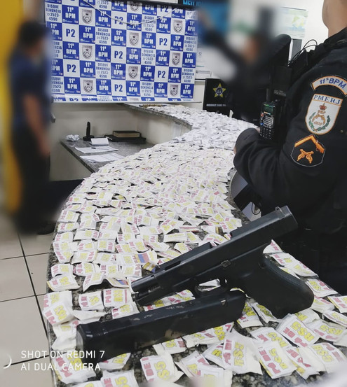 NOVA FRIBURGO: Homem preso com 380 sacoles de cocaína, 348 trouxinhas de maconha, uma pistola de Glo