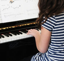 Girl%20Playing%20Beginner%20Piano_edited.jpg