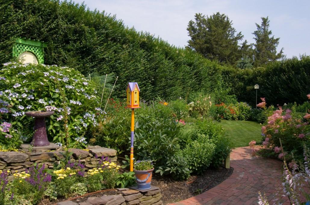 bumblebee-manor-garden-1280w-1030x683
