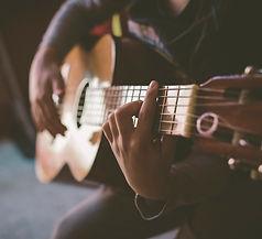 hans max werner spielt Gitarre