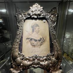 Signert foto av Keiserinne Auguste Victoria i original Jugendstilramme i 925 sølv, datert 10 september 1900.