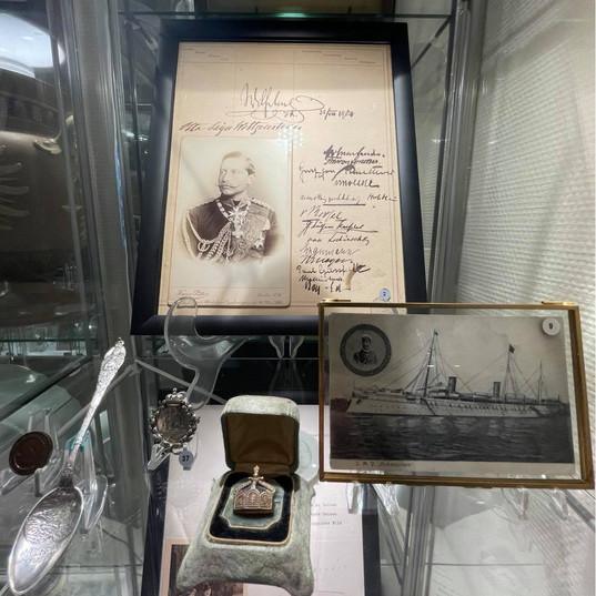 Logg fra yachten Hohenzollern datert 23. juli 1904. Signaturen til Keiser Wilhelm II samt andre viktige kongelige og adelige passasjerer som var med på turen til Norge sommeren etter at Ålesund brant.