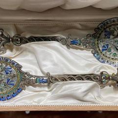 2 serveringsskjeer i forgylt 925 sølv, filigran & plique-a-jour. Ca. 1900. Design av Torolf Prytz