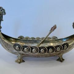 Vikingskip i 830 sølv av Henrik Møller. Ca. 1910. Dragestil