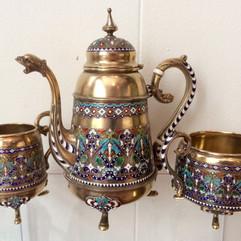 Kaffekanne, fløtemugge & sukkerskål i forgylt 930 sølv & cloisonné emalje. Ca. 1900
