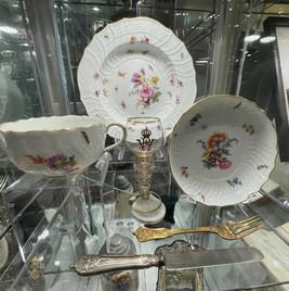 Bestikk i sølv, meissenporselen, samt rømerglass; fra Keiserens private besittelse med keiserens monogram og våpenskjold.
