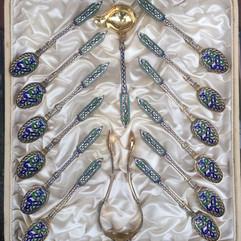 Sukkerklype, serveringsskje & teskjeer i forgylt 925 sølv & cloisonné emalje av Peter Hertz, Danmark. Ca. 1895. Dragestil