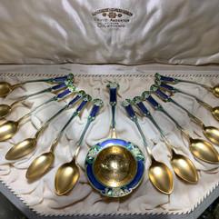 Tesil & teskjeer i forgylt 925 sølv & emalje. Design av Gustav Gaudernack