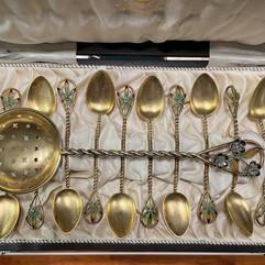 Sukkerskje & teskjeer i forgylt 925 sølv, filigran & plique-a-jour. Ca. 1900. Design av Torolf Prytz