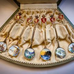 Håndmalte suvenirskjeer i forgylt 930 sølv & emalje. Ca. 1900