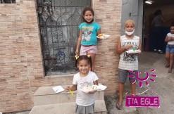 Projeto Tia Egle distribui bolo e sorvete às crianças da Comunidade.