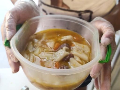 Projeto Tia Egle faz doação de sopa aos moradores da comunidade.