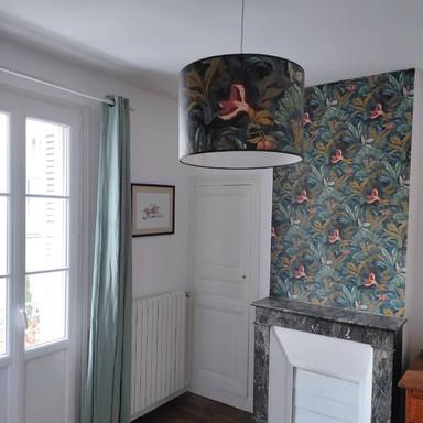 Raphaëlle sur mesure avec un papier peint assorti au mur