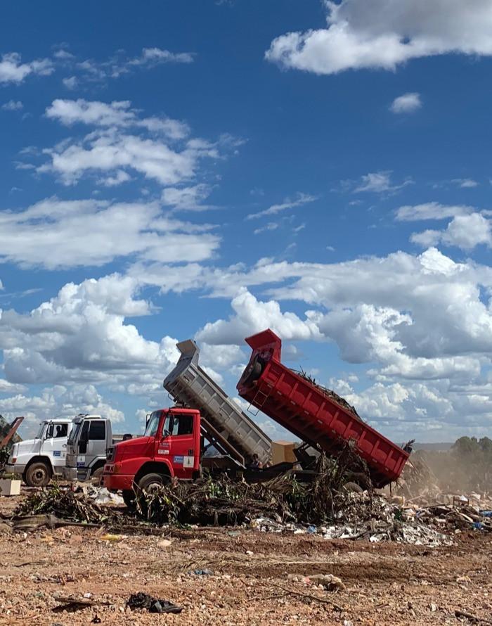 Caminhão despejando resíduos na  unidade de recebimento de entulho (URE)