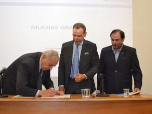 Firma de convenio entre IARA y Migraciones