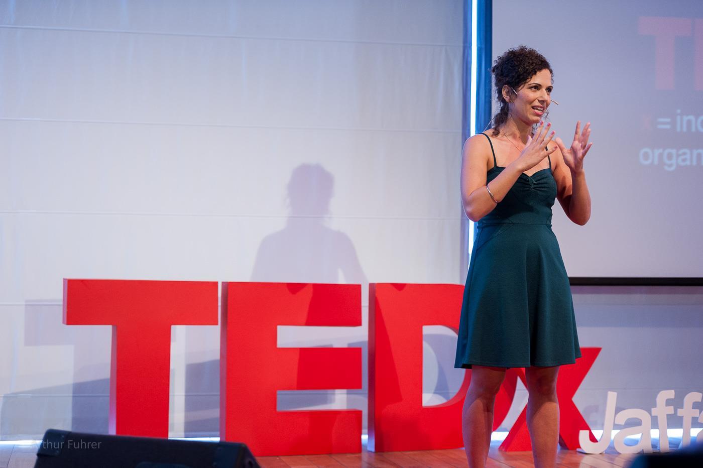 ענבר אמיר מרצה בכנס TEDx