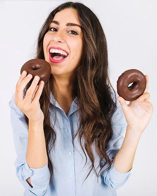 mulher-feliz-com-dois-donuts_23-21478136
