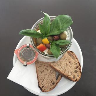 Griechischer Salat im Weckglas mit Sauerteigbrot