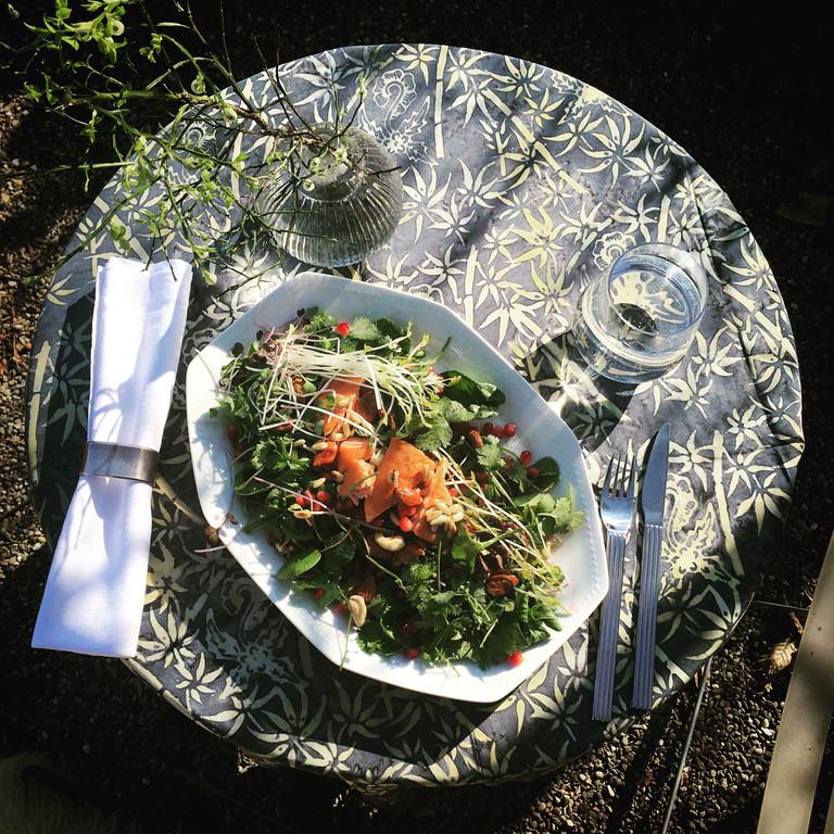 Geräucherter Lachs auf Marktsalat mit Spargelsprossen
