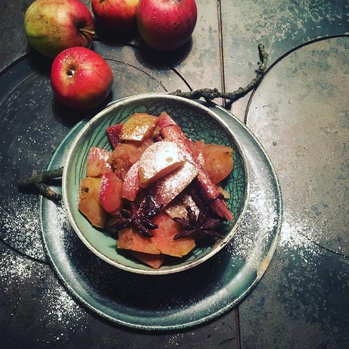 Weihnachtliche Apfelschnitze mit Zimt und Zucker
