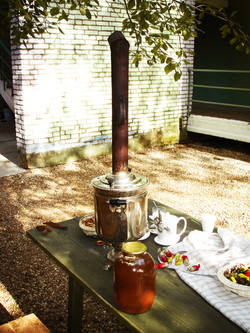 чаепитие из старинного русского само