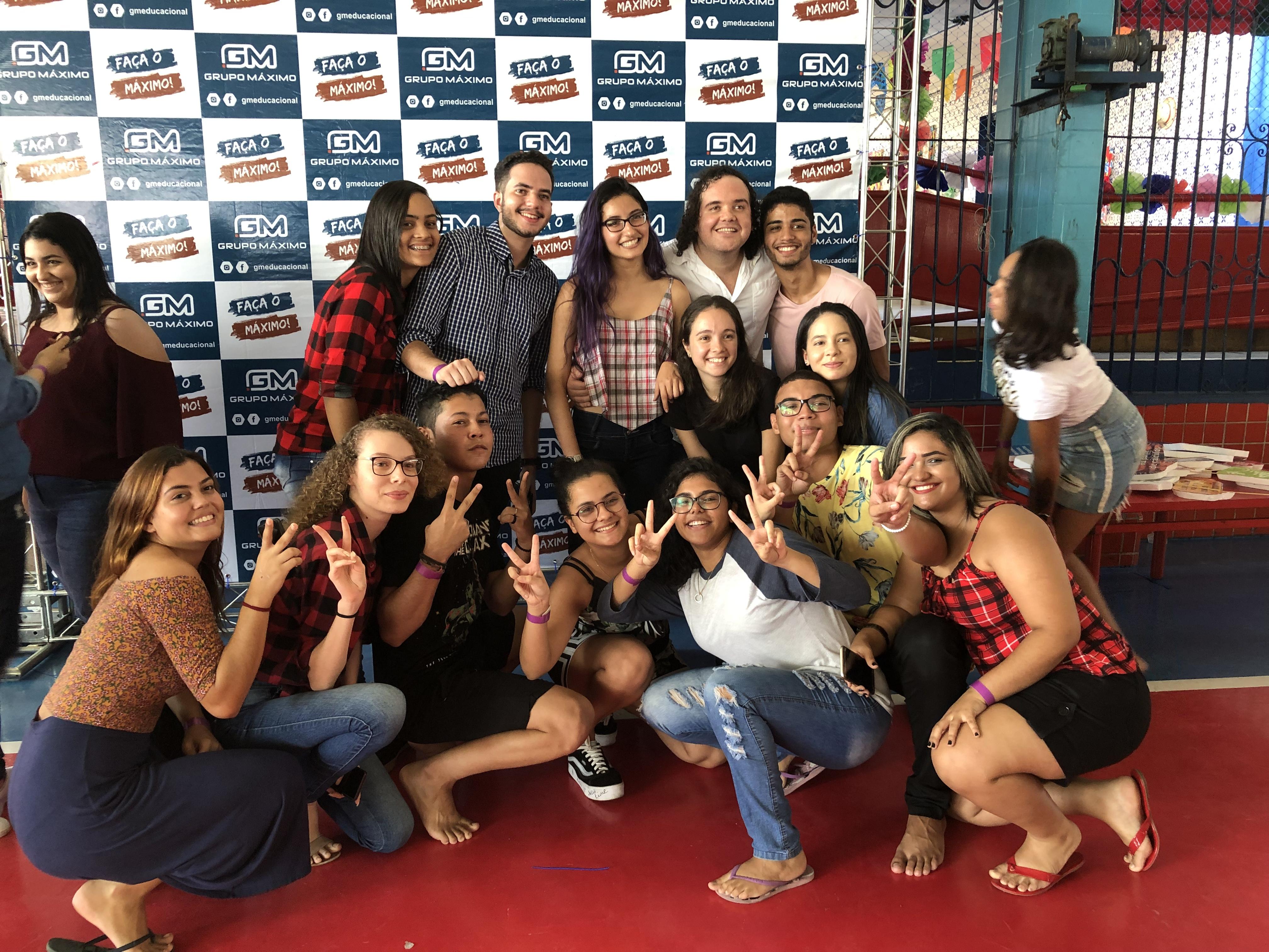 vilmar victor com alunos na festa de são joão do grupo máximo educacional