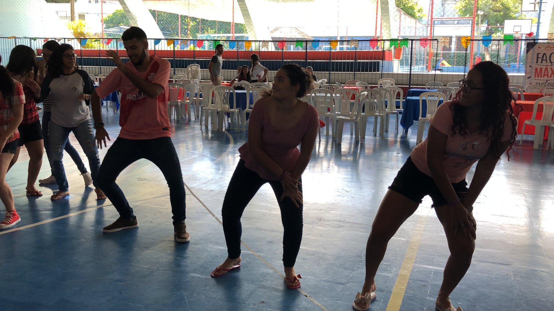 alunos dançando no são máximo, festa junina do grupo máximo educacional