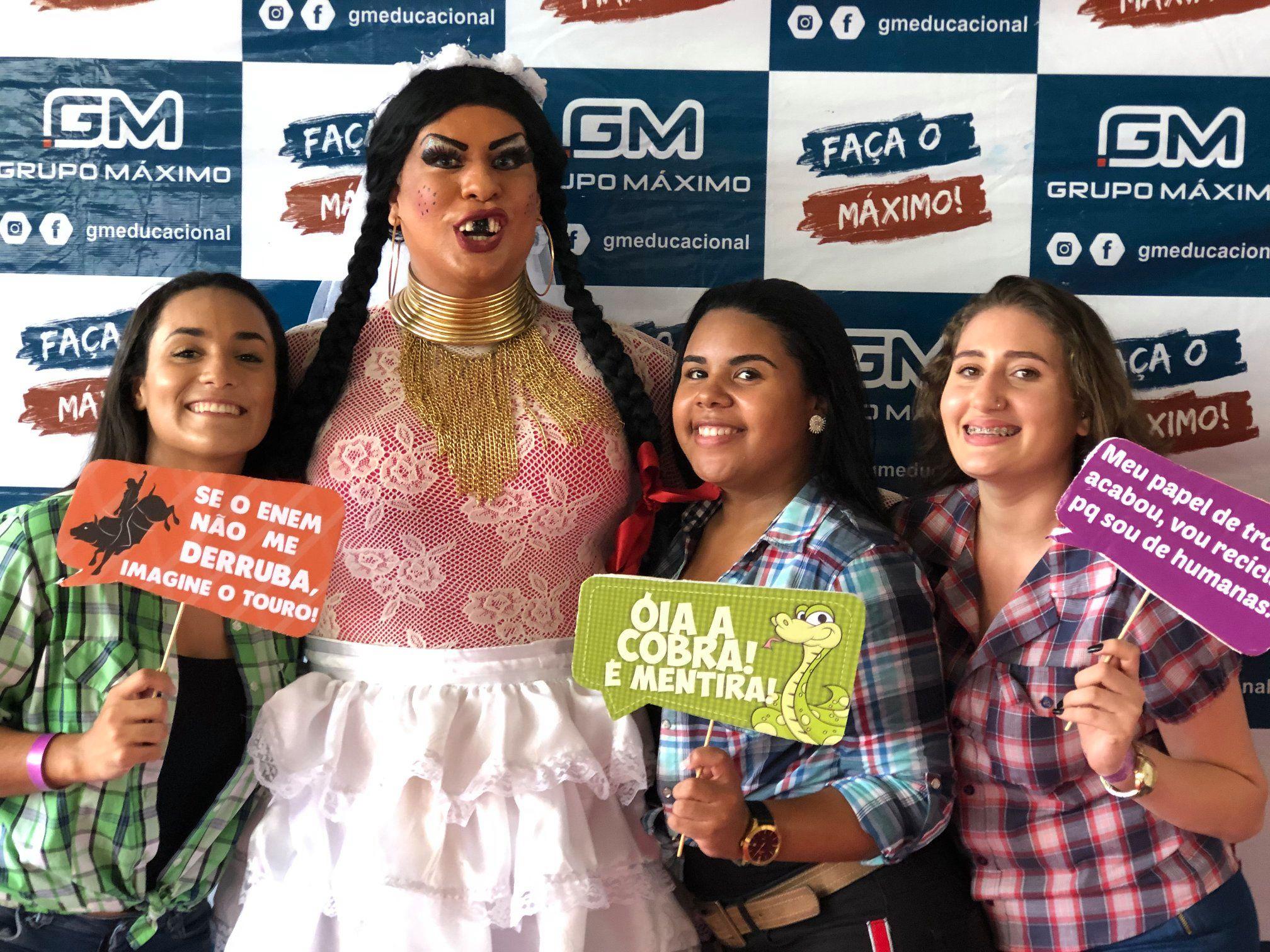 drag chica com alunas na festa de são joão do grupo máximo educacional