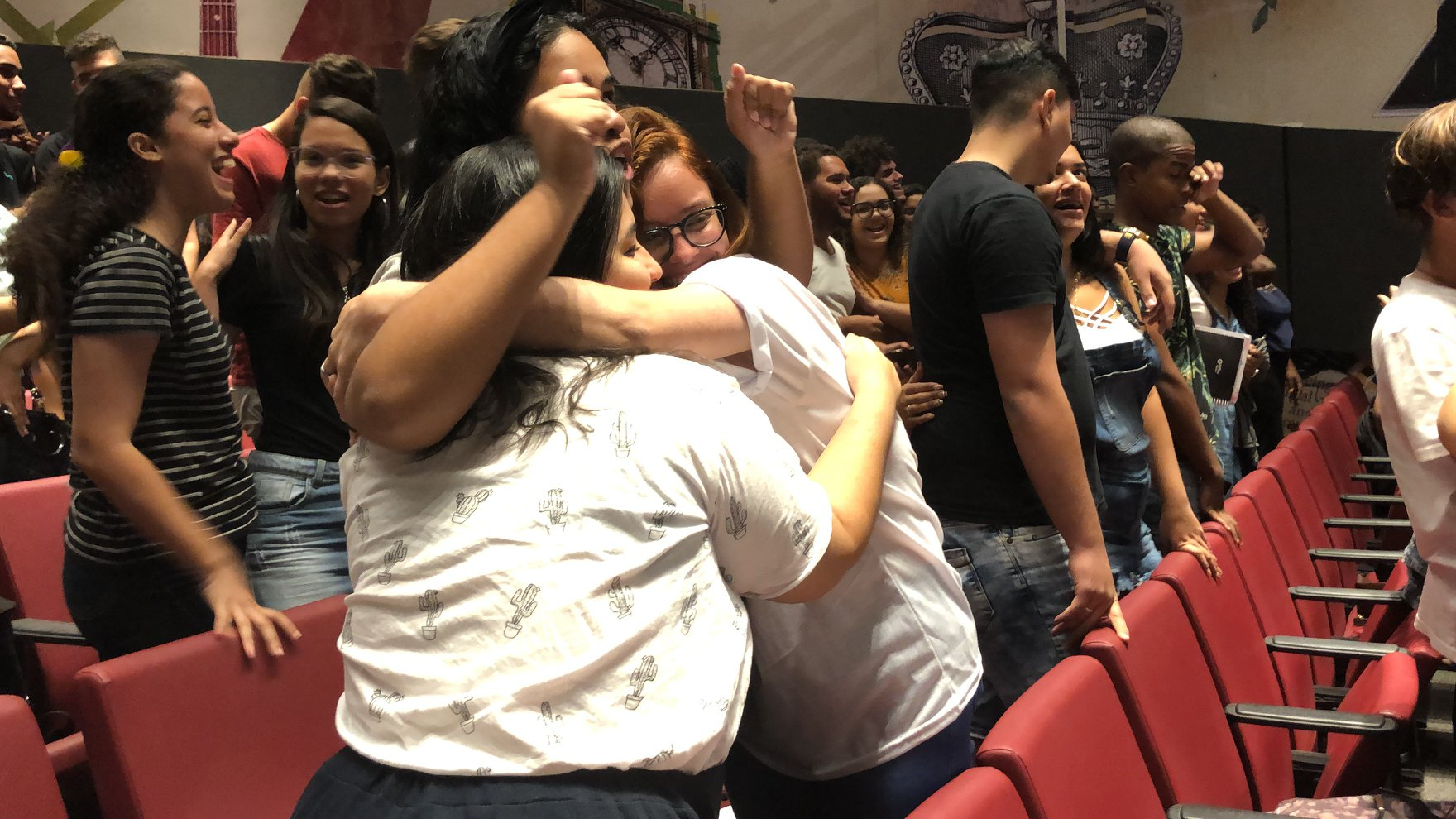 abraço de alunas na unibra no plantão enem 2019 humanas, linguagens e redação. grupo máximo educacio