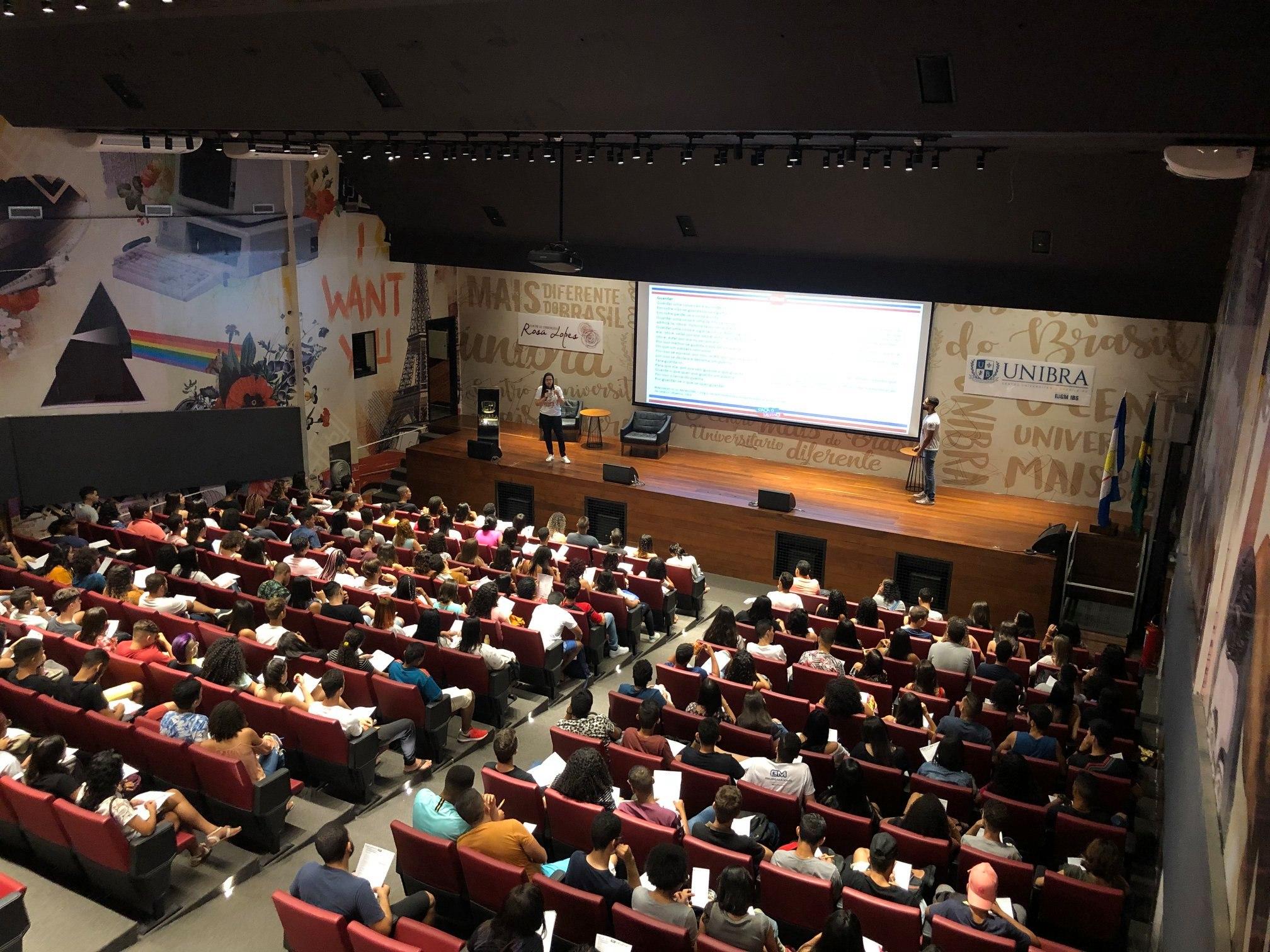 auditório da unibra no plantão para o enem 2019. professora de linguagem wiaponira guedes e professo