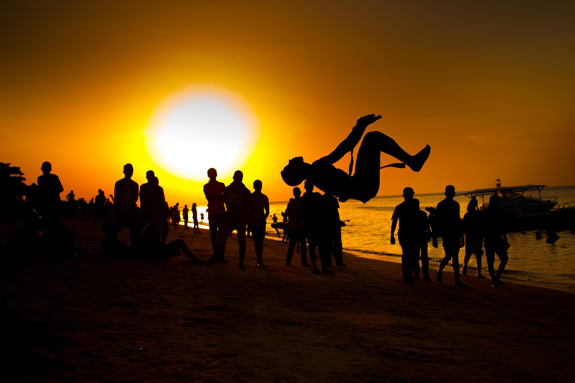 Acrobaties sur la plage de Zanzibar au coucher du soleil