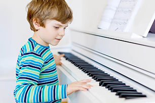 gosse avec un piano.jpg