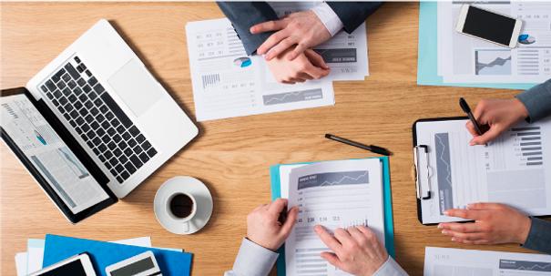 finanzas_mesa_de_trabajo_laptop_document