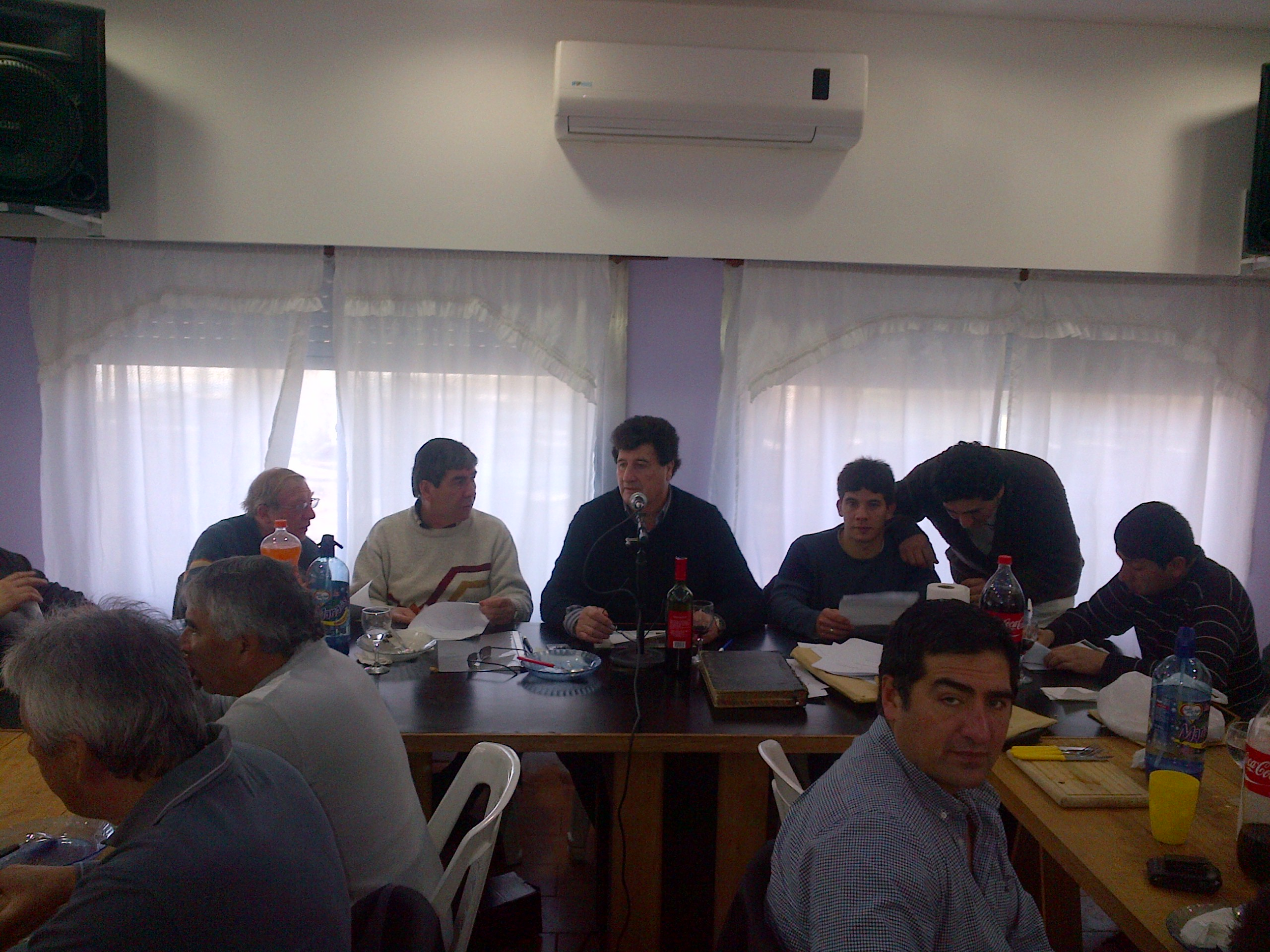 7-_los_compañeros_de_la_comisión_leyendo_memoria_y_balance.jpg