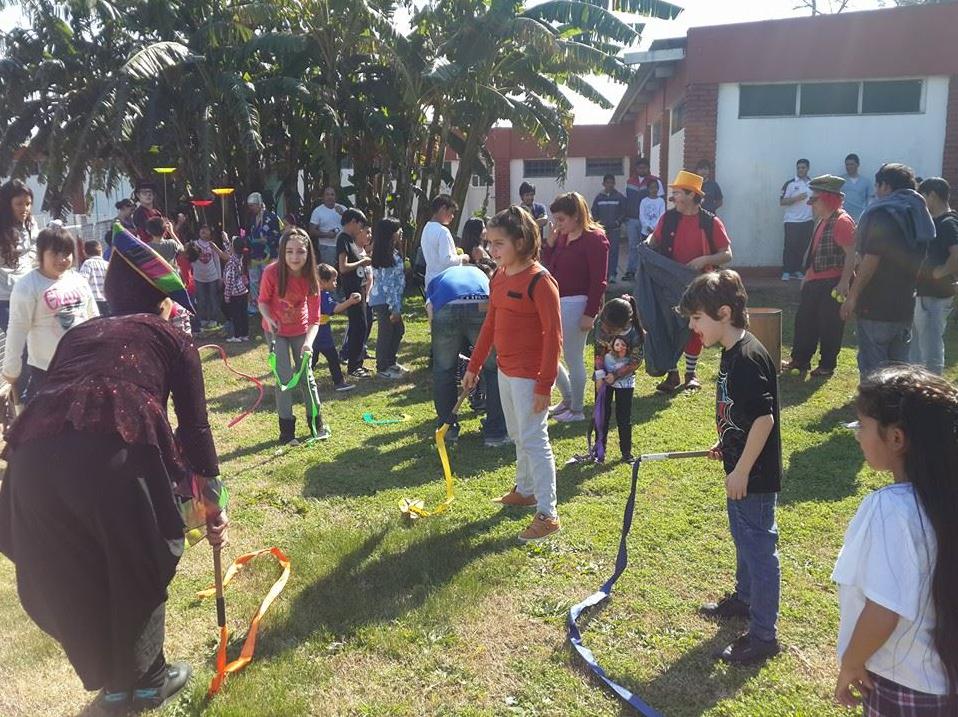 Juegos,_sol,_payasos,_diversión_y_niños_felices!.png