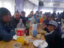 26-_compañeros_disfrutando_el_locro.jpg