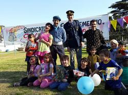 Los_artistas_compartiendo_risas_con_los_niños_despues_de_la_obra.png