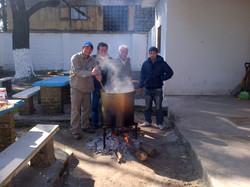 4-_Se_va_cocinando_el_Locro,_bajo_las_directivas_del_compañero_Gomez.jpg