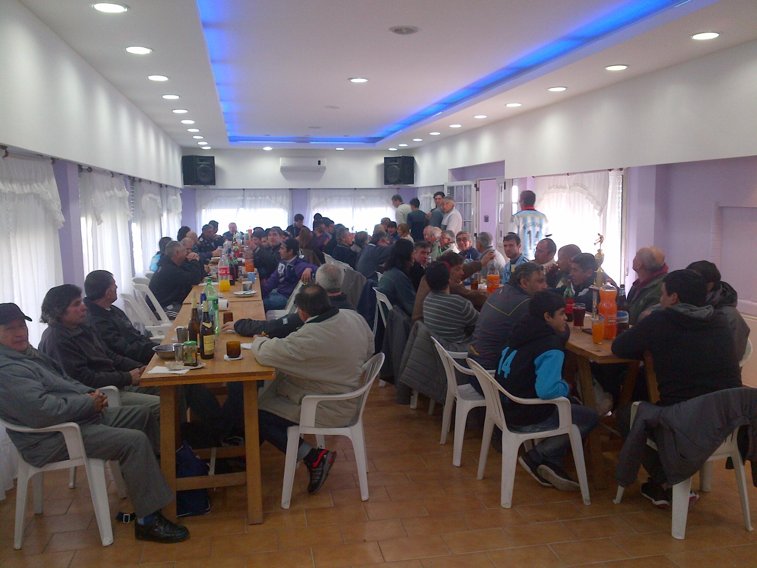 3-_Los_compañeros_compartiendo_unas_empanadas_antes_de_empezar2.jpg