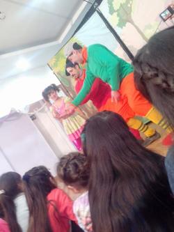 los_niños_mirando_la_obra.png