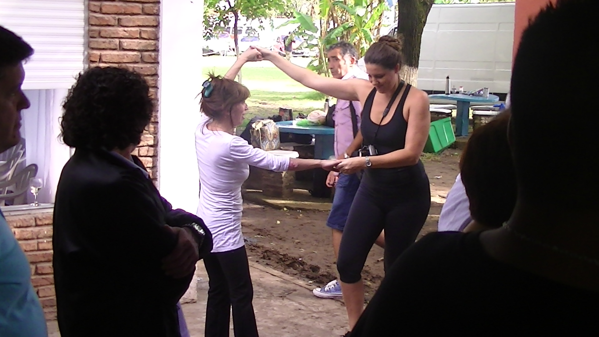 las chicas de fibro siempre bailando