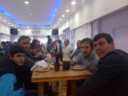 23-_compañeros_disfrutando_el_locro.jpg