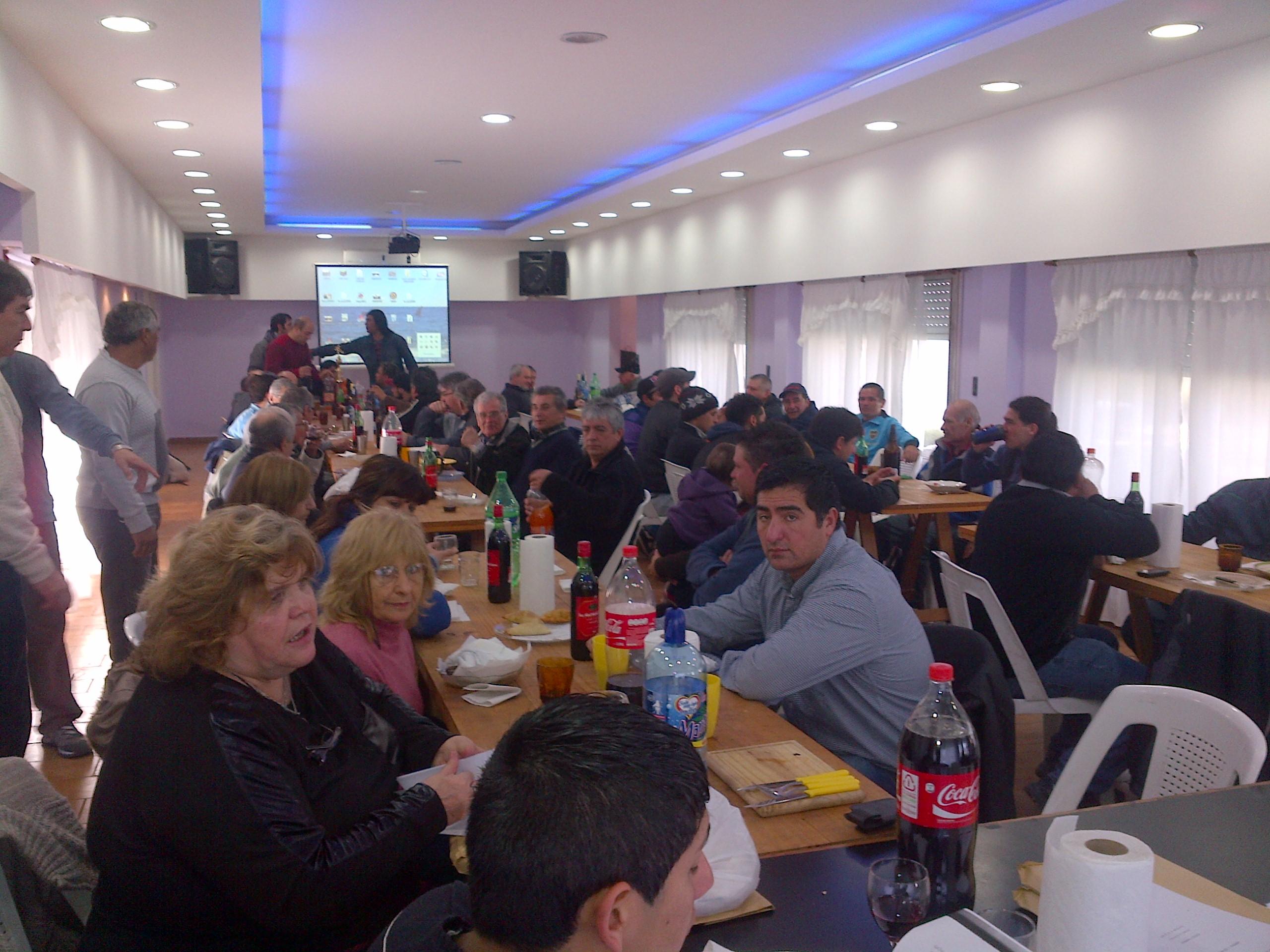2-_Los_compañeros_compartiendo_unas_empanadas_antes_de_empezar1.jpg