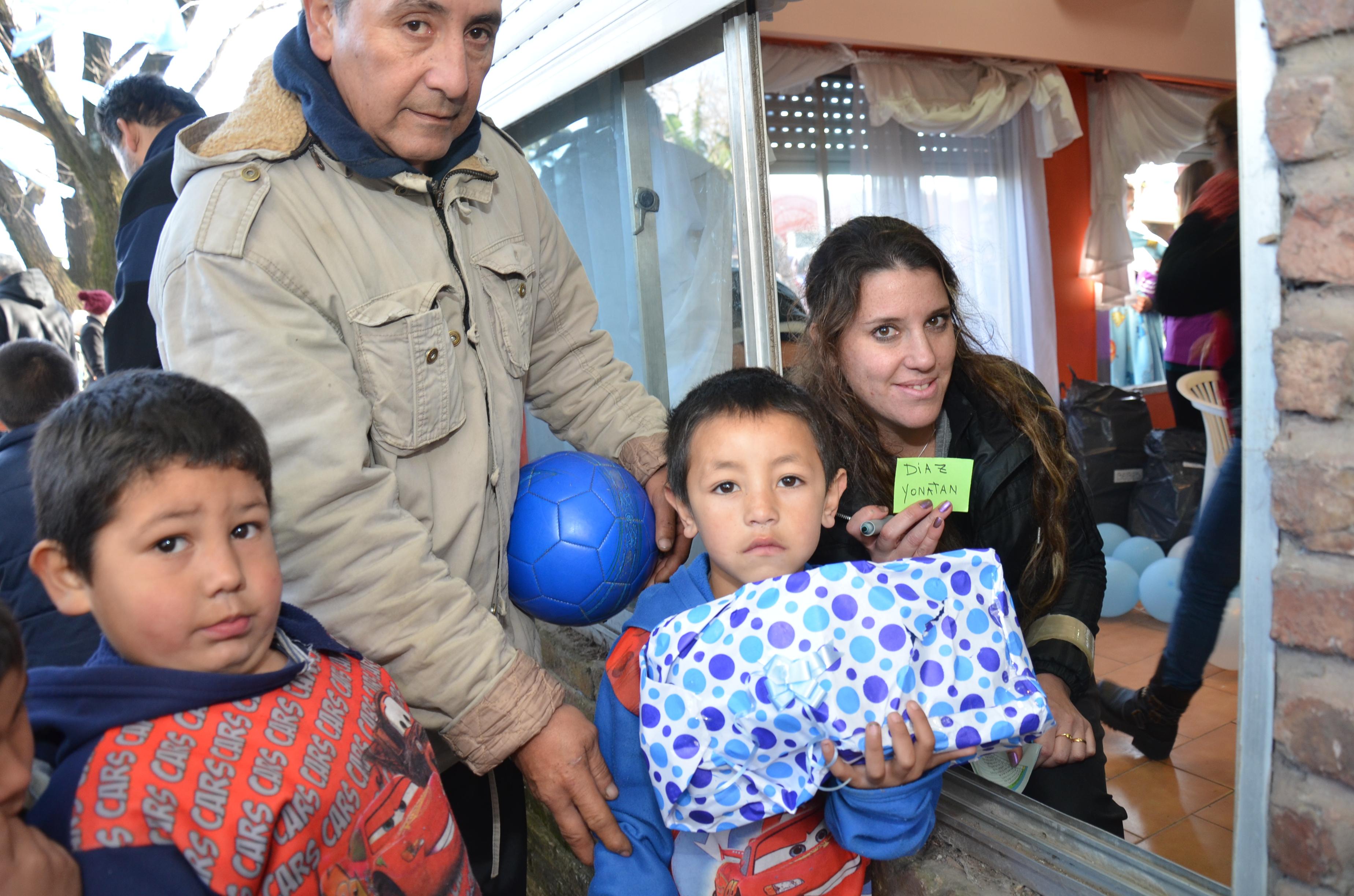 34 caritas sonrientes con sus obsequios.JPG