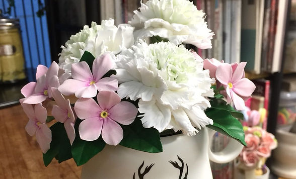 white carnation pink flower flower arrangement clayflower coffee cup 白色康乃馨 粉紅小花 小花盆 咖啡杯 黏土花